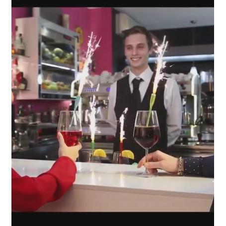 en bartender som serverar en drink med en tänd cocktailfontän i.