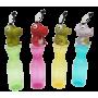 smal plastslaska i färgerna gul, rosa och blå. Med en liten dinosaurie på toppen som matchar flaskans färg.