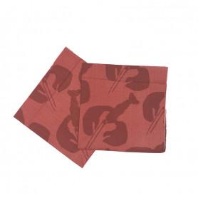 Röda servetter med silhuett av mörkröda kräftor.