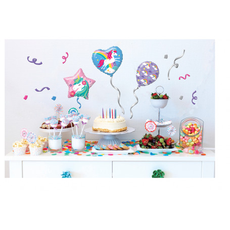 uppdukat bord med unicornstickers på väggen