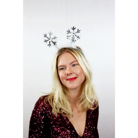 kvinna med diadem med snöflingor på