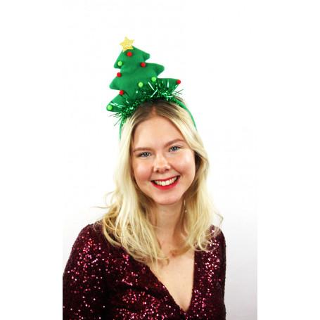 kvinna med julgransdiadem på huvudet