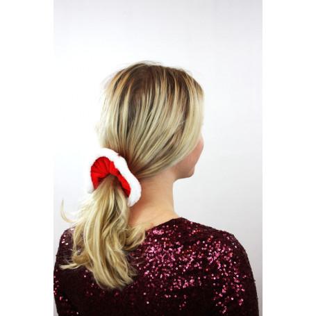 kvinna med en röd snodd i håret