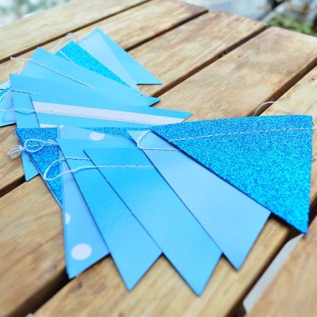 Girlang med blå trianglar