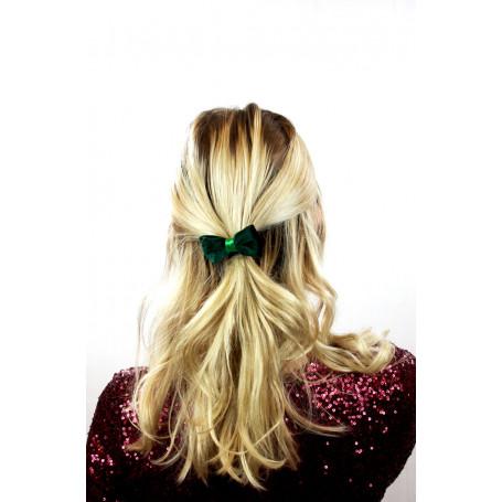 kvinna med en grön rosett i håret