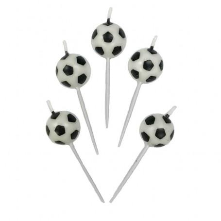 Tårtljus formade som fotbollar mot en vit bakgrund