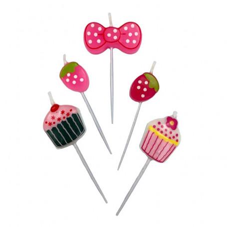 Tårtljus formade som jordgubbar och cupcakes mot en vit bakgrund.