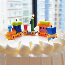 Tårtljus i form av tåg set med siffran 1