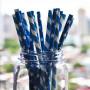 blå /vita papperssugrör i ett glas.