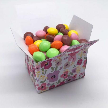blommig box med godis i.