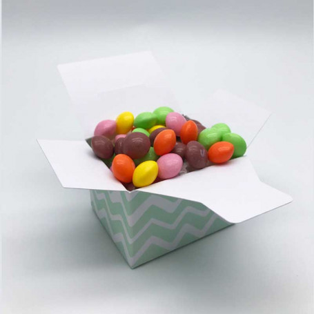 Mintfärgad presentask med godis i