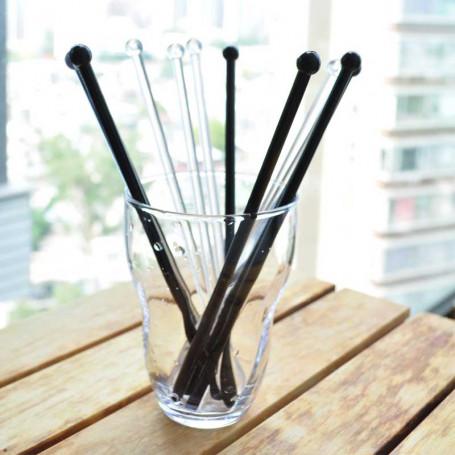Drinkpinnar i svart och transparent plast.