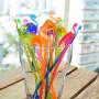 Drinkpinnar i olika färger, av plast , med en flamingo i toppen.