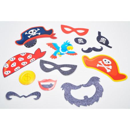 kit med bland annat olika hattar, mustacher, skägg etc, som ligger på ett bord