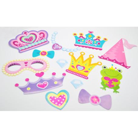 innehållet ligger på ett bord, är bland annat, olika hattar och prinsesskronor