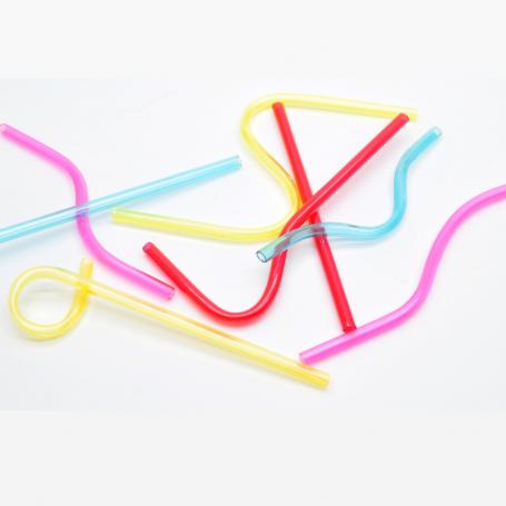 Färgglada plastsugrör i olika former och färger.